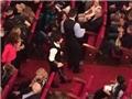 Messi được chào đón nồng nhiệt khi chống nạng đi xem kịch
