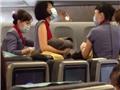 VIDEO: Phi hành đoàn cuống quýt đỡ đẻ cho hành khách trên máy bay