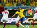 Douglas Costa vượt qua 5 cầu thủ rồi kiến tạo cho Augusto ghi bàn