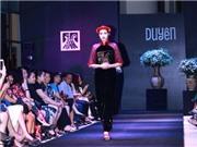Người mẫu mặc áo tứ thân đi chân đất, guốc mộc trong show 'Duyên'