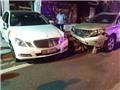 Xe Mecerdes đâm nát đầu xe Lexus RX350 trước cổng vũ trường