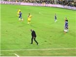 Mourinho quát tháo, bĩu môi và xếp cỏ ở trận gặp Maccabi Tel Aviv