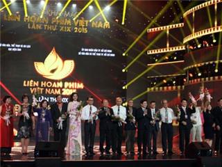 Chùm ảnh: 'Dập dìu tài tử giai nhân' trên thảm đỏ Liên hoan Phim Việt Nam 2015