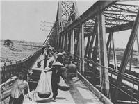 Xử phạt người đi bộ và chuyện tréo ngoe trên cầu Long Biên