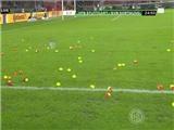 CĐV Dortmund ném bóng tennis xuống sân phản đối tăng giá vé