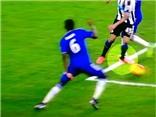 Fabregas giẫm chân Mitrovic thô bạo để trả thù cho John Terry?