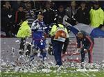 Trận đấu giữa Lyon và Nice đã bị hoãn vì CĐV ném... giấy vệ sinh vào sân