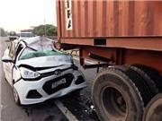 Xe taxi đâm vào đuôi xe container, hai người thương vong