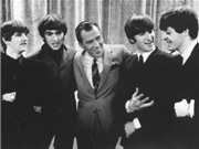 Video: Các thành viên The Beatles nhí nhảnh đánh phấn, chải đầu trong phòng trang điểm