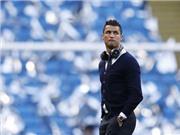 CHÙM ẢNH: Ronaldo diện đồ CR7, đeo tai nghe, phong cách ngày trở lại Anh