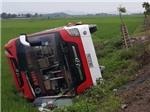 Tai nạn nghiêm trọng ngày nghỉ lễ: Lật xe khách, bé 3 tuổi chết thảm, 10 người bị thương