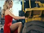 VIDEO: Nữ ca sĩ Nga mặc váy xẻ, nhảy lên nóc ô tô cứu người tình