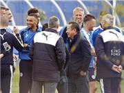 Leicester ăn mừng chức vô địch trên sân tập và chiếc giày đặc biệt của Ranieri