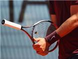 Bernard Tomic gây sốc với pha đỡ bóng bằng... cán vợt