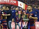 CHÙM ẢNH: Suarez quên đau mừng chiến thắng, Alba ôm cúp không rời