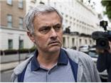 Mourinho chính thức tới Old Trafford ngày mai. Van Gaal nổi cáu với Man United