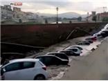 VIDEO: Xót lòng cả dàn ô tô hạng sang sa xuống hố tử thần