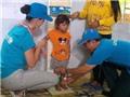Ảnh độc: Katy Perry 'cân đo sức khỏe, chiều cao' cho trẻ em Việt Nam