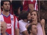 Nụ hôn tình tứ của CĐV Atletico Madrid gây sốt cộng đồng mạng