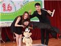 Cặp đôi ảo thuật 'thay đồ nhanh nhất thế giới' diễn miễn phí cho thiếu nhi