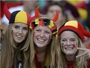 Cổ động viên Bỉ - Italy 'cháy' hết mình trước giờ bóng lăn