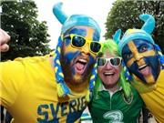 KHOẢNH KHẮC đẹp: CĐV Ireland và Thụy Điển cùng nhau hát ca khúc của ABBA