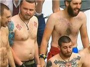 CĐV Ukraine để NGỰC TRẦN, khoe hình xăm biểu tượng phát xít