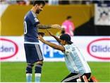 Messi ngượng ngùng vì được CĐV quỳ lạy như Chúa