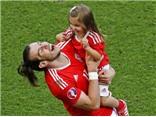 Gareth Bale khoe con gái dễ thương sau chiến thắng cùng xứ Wales