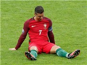 HI HỮU: Cristiano Ronaldo bị bướm đậu vào mặt ở khoảnh khắc anh nằm vật ra sân