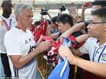 Cộng đồng mạng SỮNG SỜ khi Mourinho từ chối ký áo đấu của Chelsea