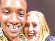 Adele hoảng hồn vì trót... hôn môi fan nam trên sân khấu