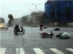 VIDEO: Gió thổi bay xe máy kinh hoàng gần tòa nhà Keangnam, Hà Nội