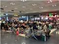 Nhiều chuyến bay bị hoãn do bão, hành khách mắc kẹt ở sân bay Nội Bài