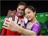 Khoảnh khắc VĐV Hàn Quốc và Triều Tiên rủ nhau 'selfie' ở Olympic gây sốt