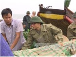 Phó Thủ tướng Vũ Đức Đam tự tay giúp ngư dân Thanh Hóa đưa tàu vào bờ tránh bão số 3