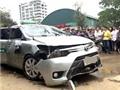 Taxi mất lái lao xuống suối 3 người thương vong