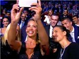 MC nóng bỏng selfie cực ấn tượng cùng Ronaldo và đồng đội ở lễ trao giải của UEFA