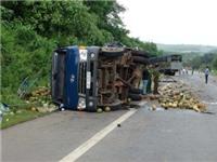 Xe tải đâm nhau, đè bẹp xe máy, 3 người bị thương nặng