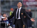 Vợ Totti gọi HLV Roma là 'tiểu nhân'