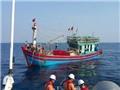 Cứu hộ tàu cá bị hỏng máy cùng 19 thuyền viên vào bờ an toàn