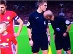 HÀI HƯỚC: Trọng tài Mike Dean ngửi mùi trợ lý trước trận Man United- Man City