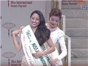 VIDEO: Vẻ đẹp tinh khôi của Thúy Vân khi lên trao giải Á hậu Quốc tế 2016