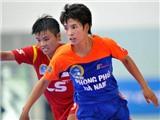 Nữ cầu thủ chơi cả sân cỏ lẫn futsal