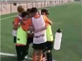 ĐẶC BIỆT: Đội nhí Valencia trêu tức Barca bằng màn bắt chước độc đáo