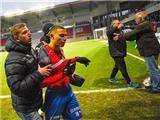 CĐV tràn xuống sân, lột áo, đòi xử cha con huyền thoại Henrik Larsson
