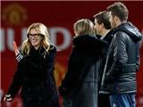 Carrick trò chuyện với 'người đàn bà đẹp' Julia Roberts trên sân Old Trafford
