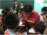 Theo chân U19 Việt Nam thăm đồng bào vùng lũ