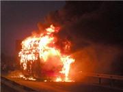 VIDEO: Xe khách bốc cháy dữ dội khi đang lưu thông
