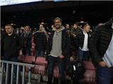 Klopp và cầu thủ Liverpool chăm chú xem Barca nghiền nát Mgladbach